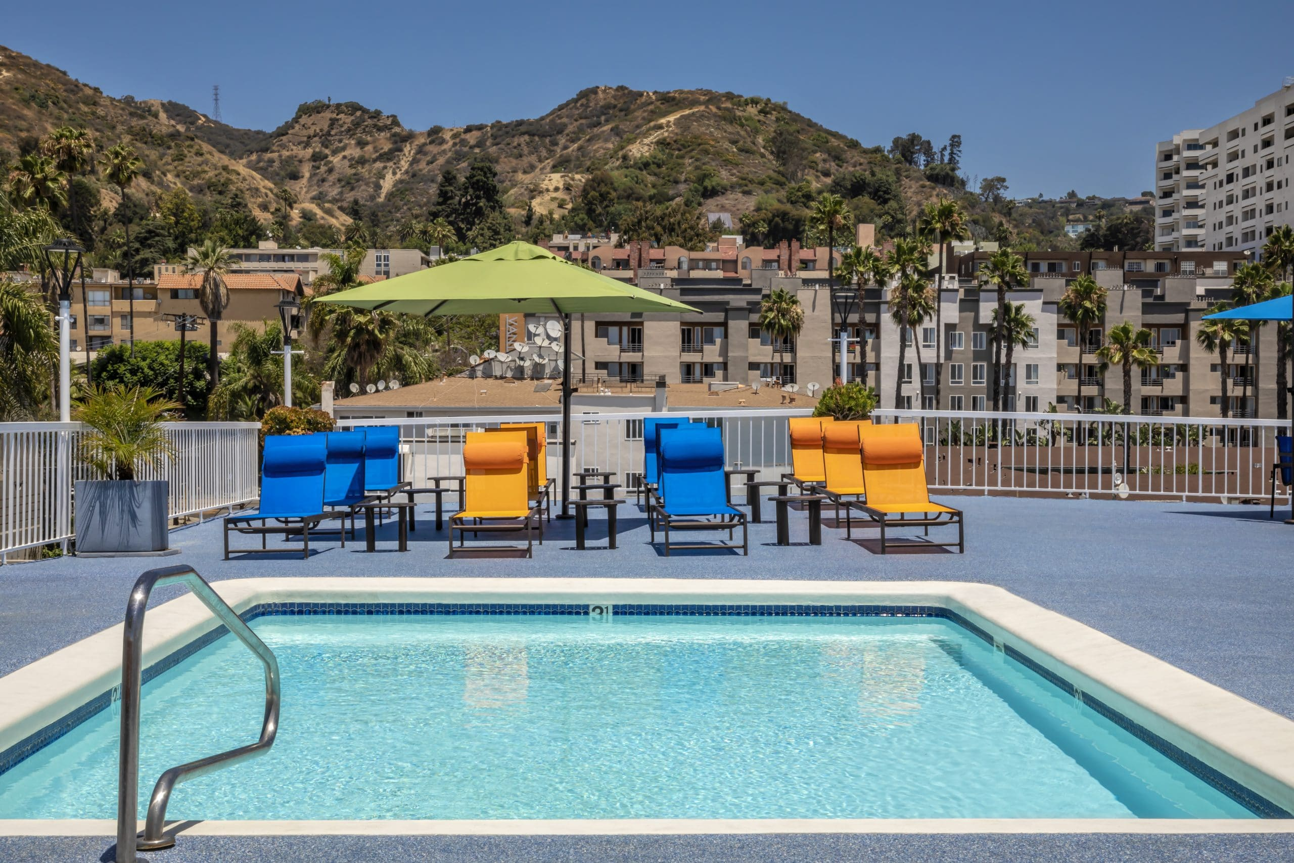 Apartments in Hollywood, CA - Rooftop Pool and Patio Area with Lounge